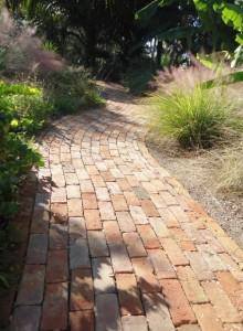 ścieżka ogrodowa ceglana, alejki ogrodowe